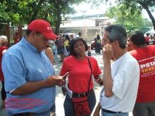 el-candidato-oswaldo-vera-en-conversacion-con-simpatizantes-del-psuv-durante-el-simulacro-de-elecciones-22-08-2010