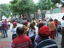 los-camaradas-del-psuv-en-las-afueras-de-un-centro-electoral-el-dia-del-simulacro-22-08-2010